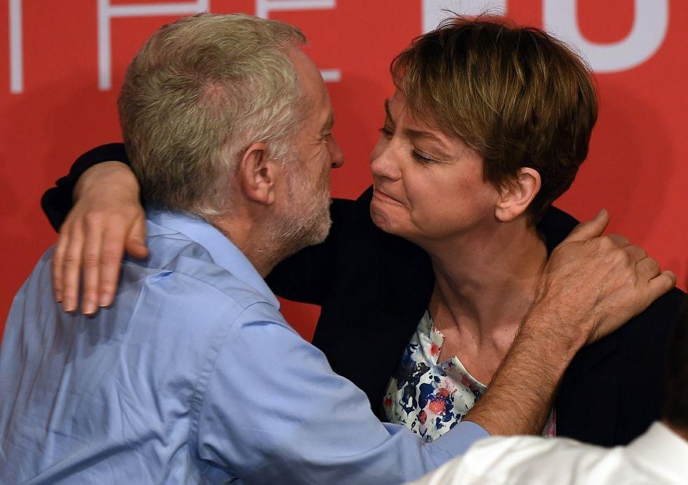 Jeremy Corbyn saluda a una de sus rivales, Yvette Cooper, tras un debate entre ambos.