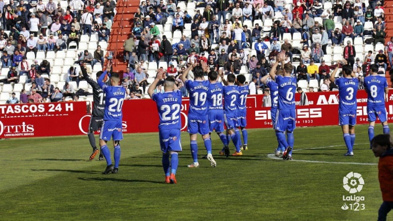 Champagne Manaj Albacete Real Oviedo Carlos Belmonte.Los jugadores del Real Oviedo saludan a la afición desplazada a Albacete