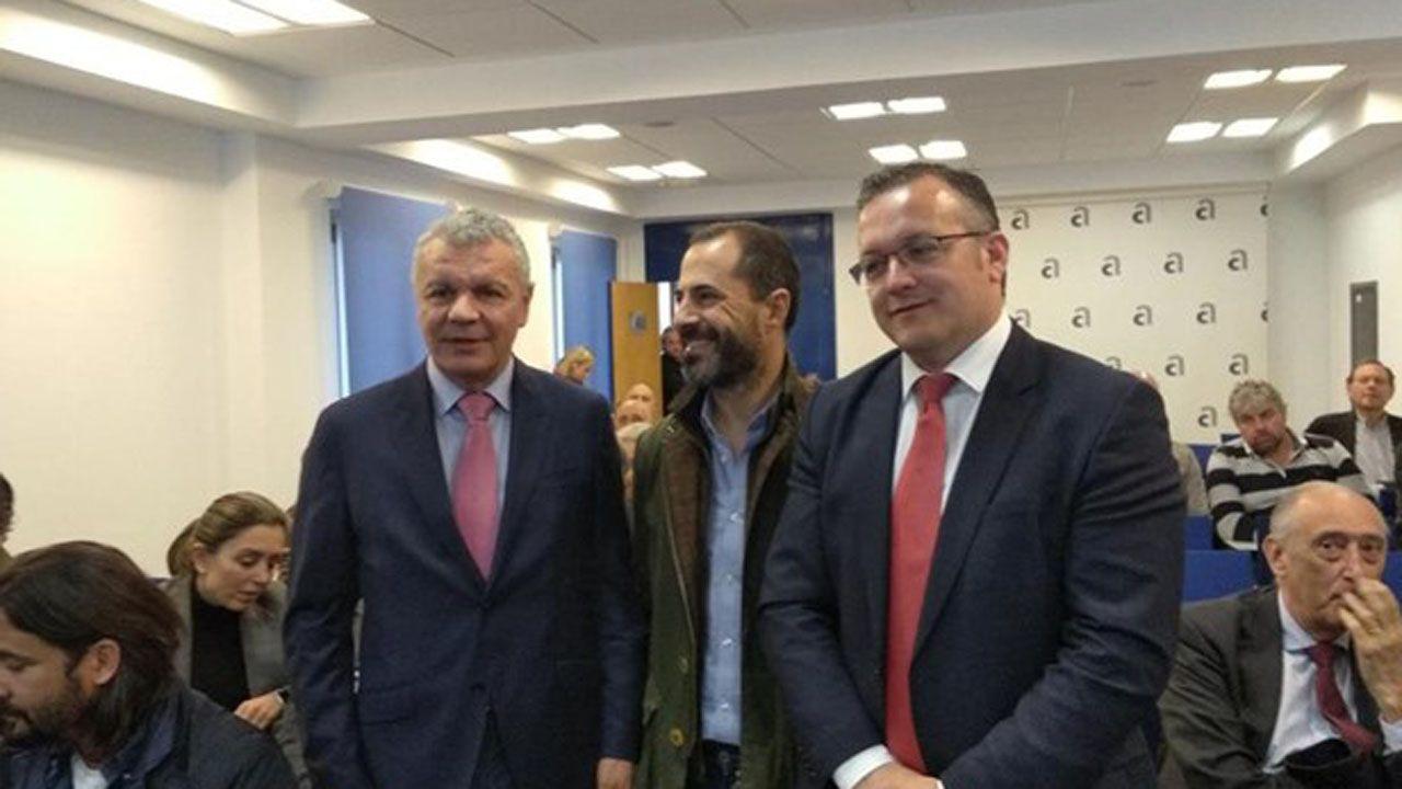 El alcalde de Siero, junto a Feito y Joel García