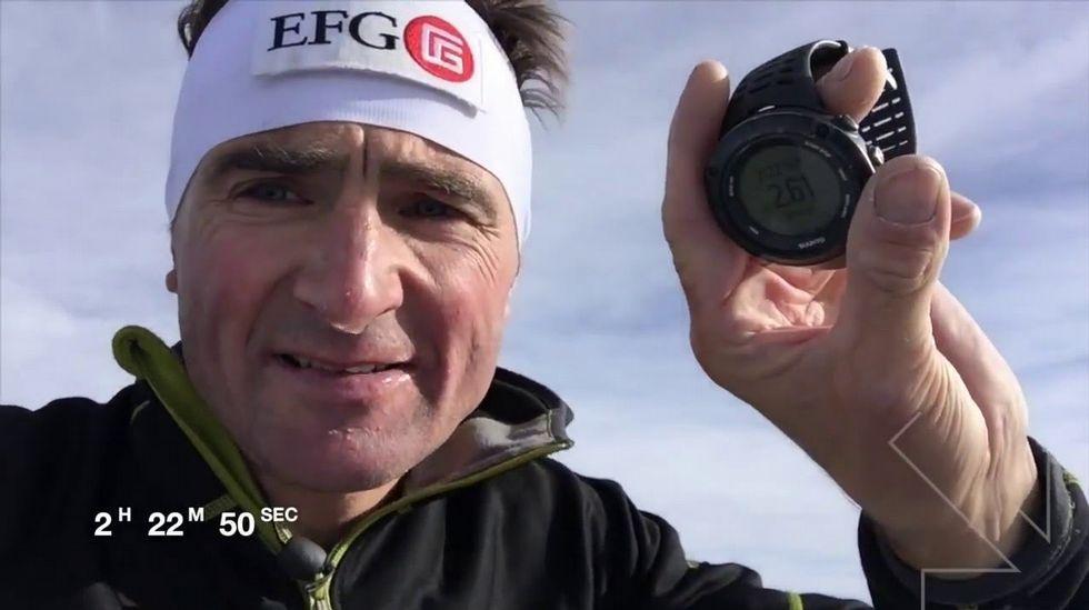 El alpinista suizo Ueli Steck muestra su cronómetro tras batir el récord de ascensión de la pared norte del Eiger