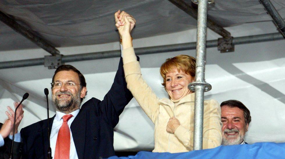 Rajoy y Aguirre, exultantes tras ganar las elecciones autonómicas.