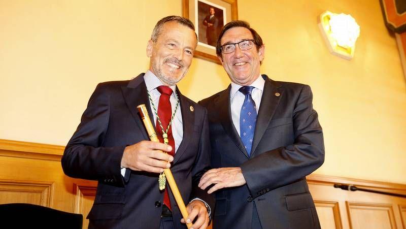 Hernández asume el bastón de mando en Santiago.El gobierno de Ourense cifra en 14 millones el precio del edificio de la nueva estación.