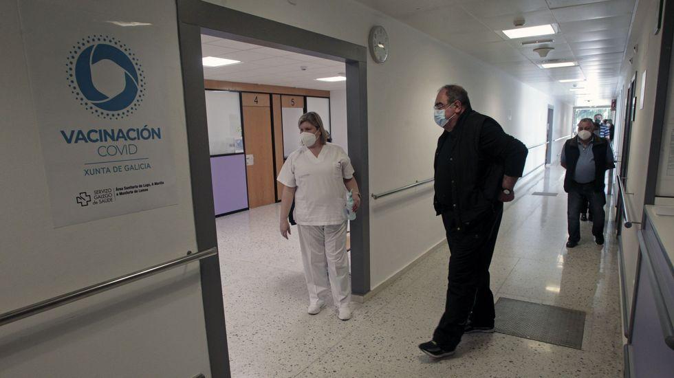 Imagen de archivo de una cola para vacunarse en el hospital de Monforte