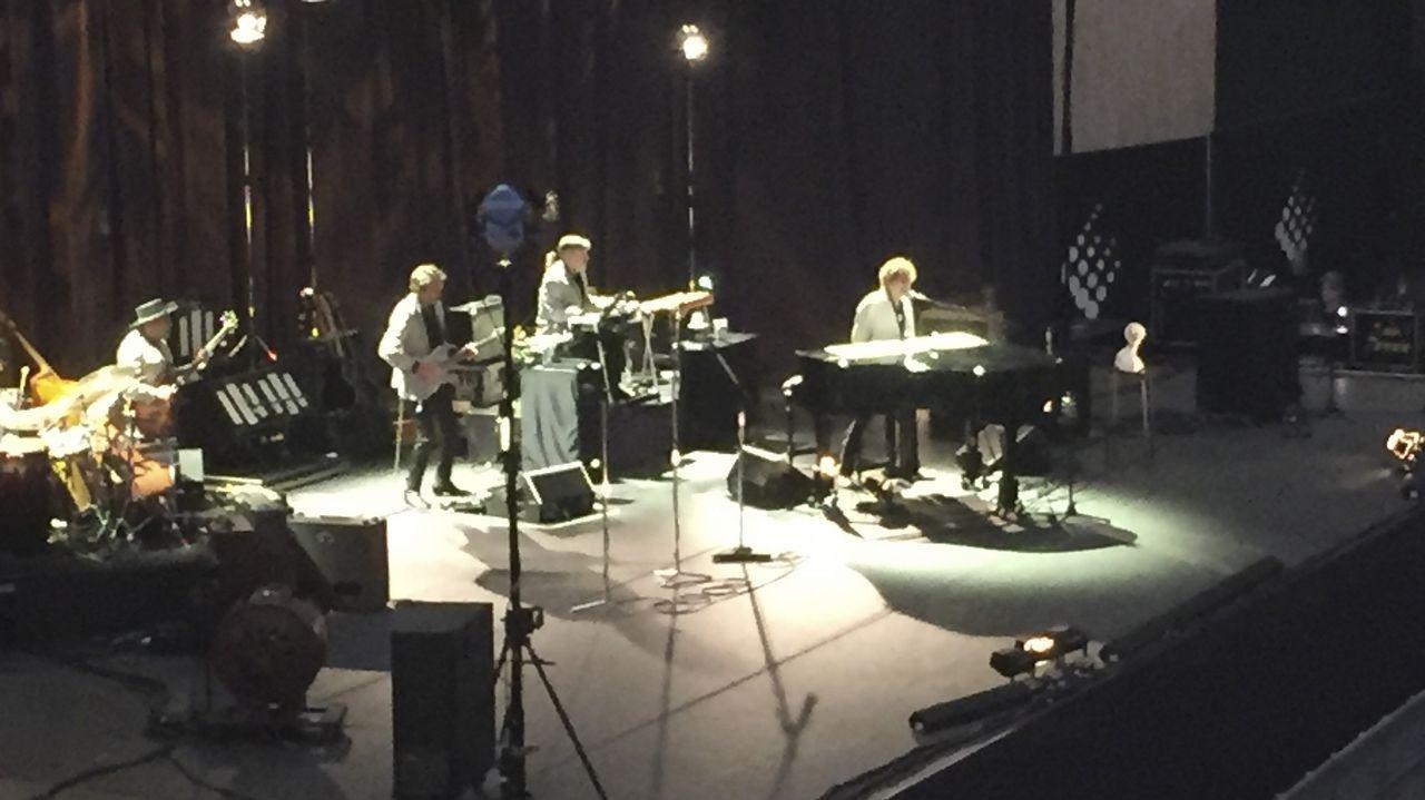 Así fue el paso de Bob Dylan y su banda por Compostela.ASISTENTES AL CONCIERTO DE ALEJANDRO SANZ EN A CORUÑA GRABANDO LA ACTUACION CON SU TELEFONO MOVIL