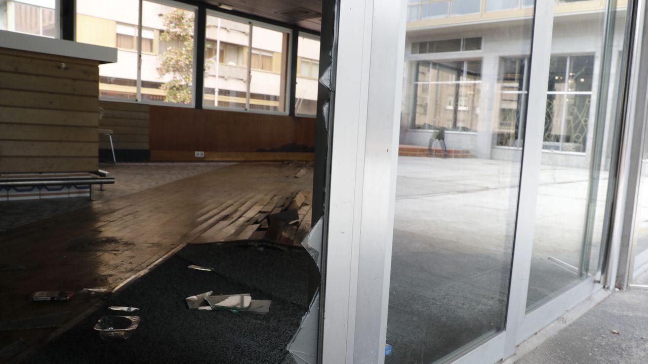 Un enorme boquete en un cristal junto a la puerta principal permite fácilmente el acceso