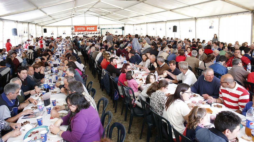 El churrasco sigue siendo el rey en la cara gastronómica de la campaña gallega. Así lo demuestra esta imagen de una paparota organizada por el PSOE en Muxía