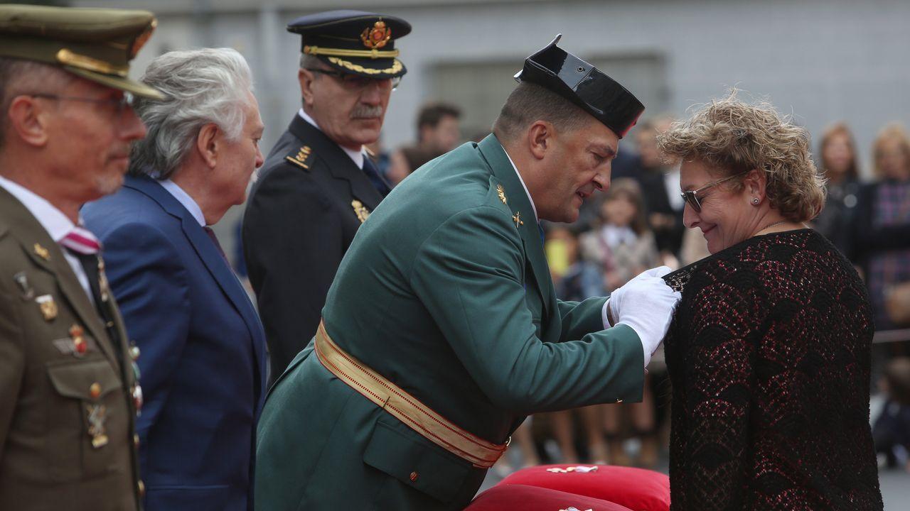 ACTO INSTITUCIONAL CASTRENSE DEL DÍA DEL PILAR.La funcionaria María del Carmen Fernández García fue distinguida con la cruz con distintivo blanco, ingresando en la orden del mérito de la Guardia Civil