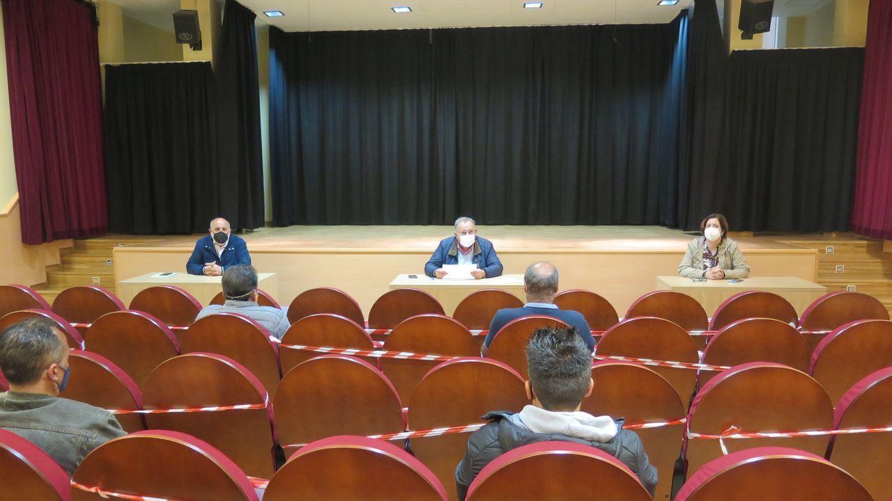 Pelamios, en imágenes.El Concello recibe a los trece empleados que el lunes empezarán a trabajar en A Laracha
