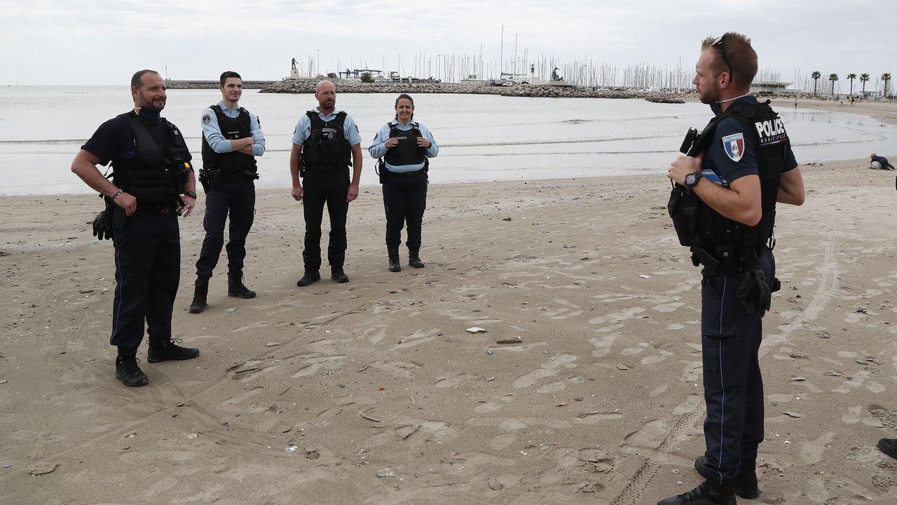 Policías en la playa de Palavas le Flots, en Francia