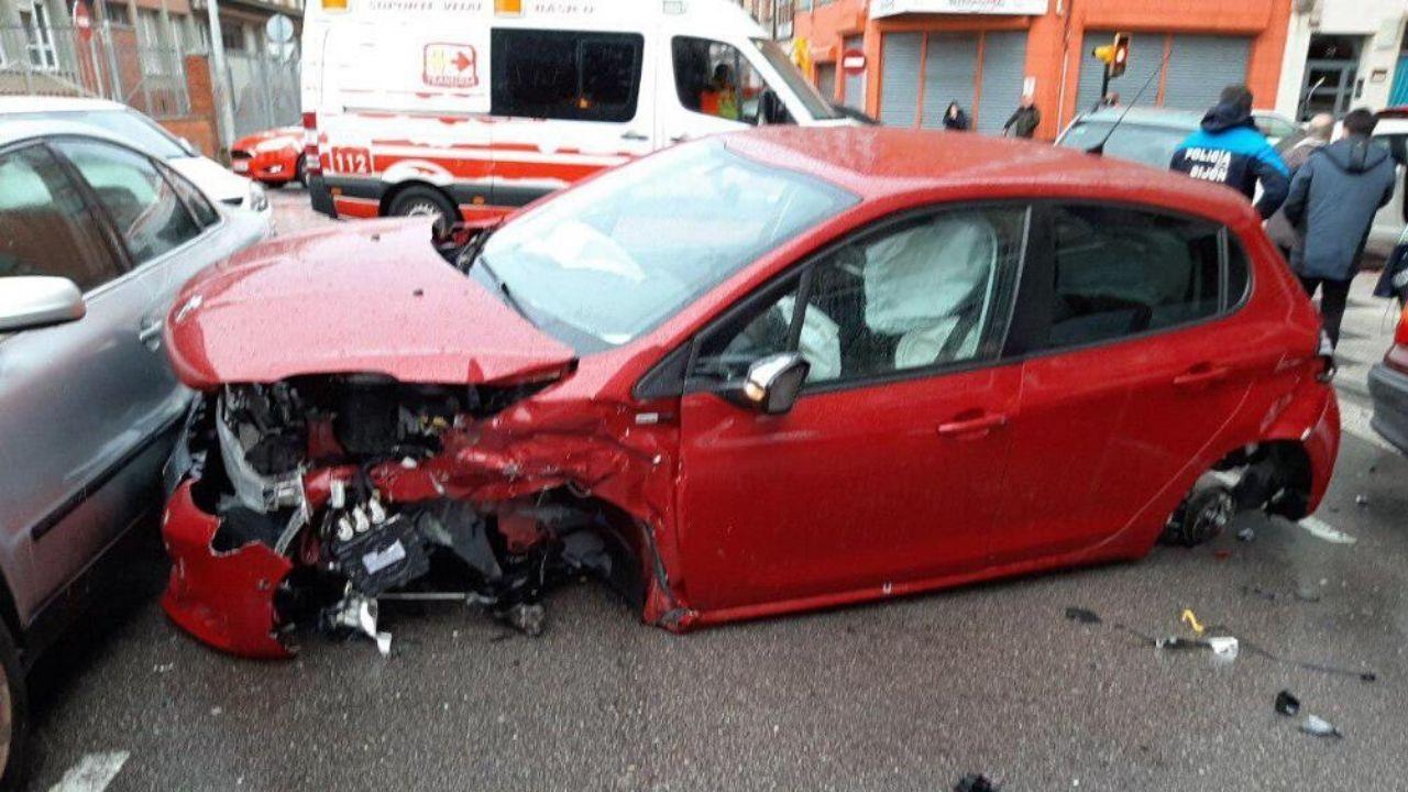 Estado en el que quedó uno de los vehículos siniestrados en el choque de Gijón