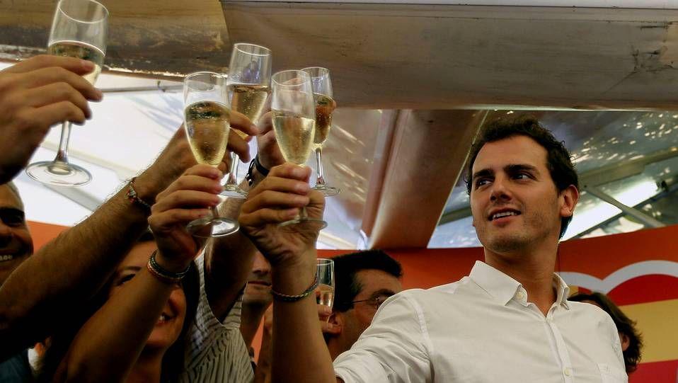 Mas: «Estamos preparados para votar».Laura Sánchez, que el 9 de noviembre cumplirá 16 años, vota simbólicamente en Barcelona. A la derecha, un grupo de personas forman una V en la plaza del Obradoiro, en Santiago.