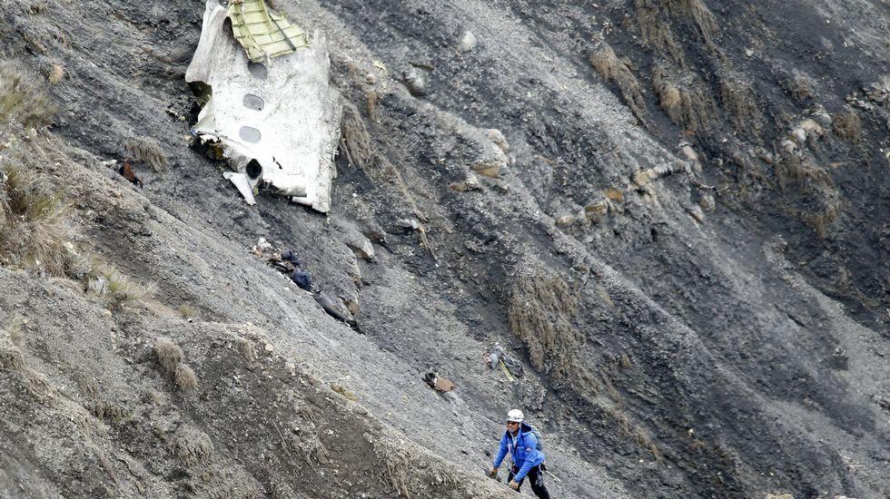 Accidente aéreo de Germanwings:Comienza la recuperación de los restos del avión siniestrado.Cola de un avión de la compañía de los Países Bajos KLM, la más segura de Europa.