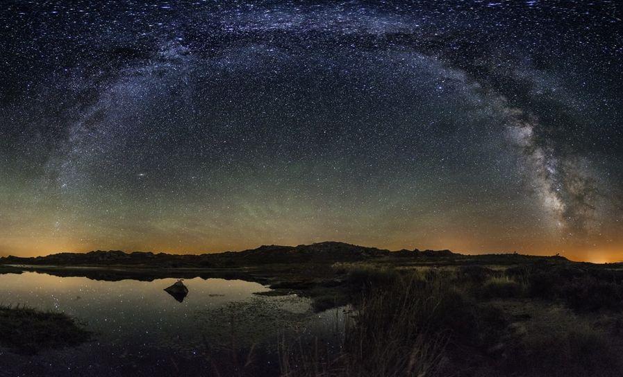 Espectacular imagen del macizo de Trevinca que muestra la vía Láctea