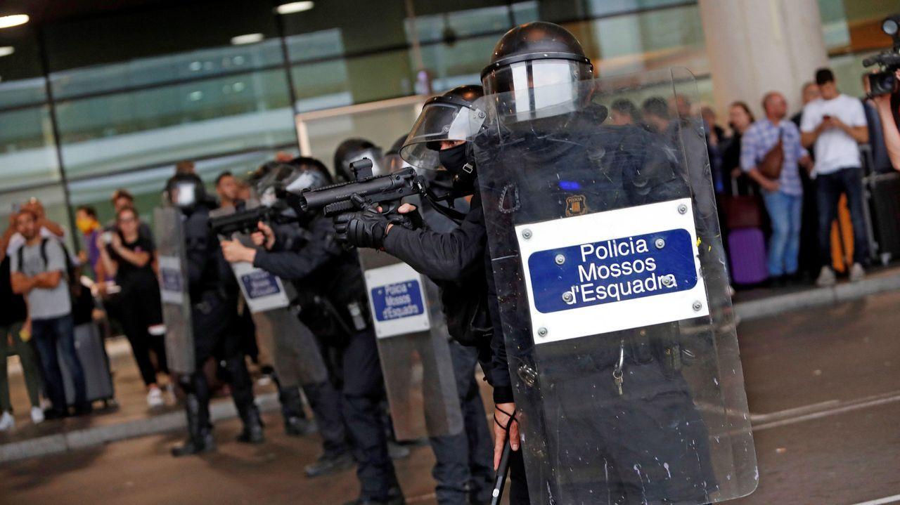 Miembros de la Policia Nacional controlan a las centenares de personas que se agolpan ante el Aeropuerto del Prat después de que la plataforma Tsunami Democràtic haya llamado a paralizar la actividad del aeropuerto, en protesta por la condena a los líderes del «procés»