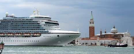 Cada año más de mil buques de gran tonelaje entran por el Gran Canal a pesar de la fragilidad que muestra Venecia.