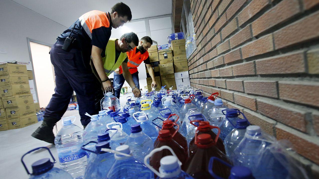 Voluntarios en el pabellón de Panxón donde ofrecen agua y comida a las personas afectadas.