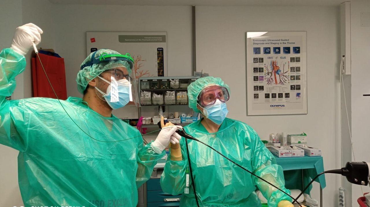 Francisco Méndez e Iria Vidal García, médicos del servicio de neumología del Chuac