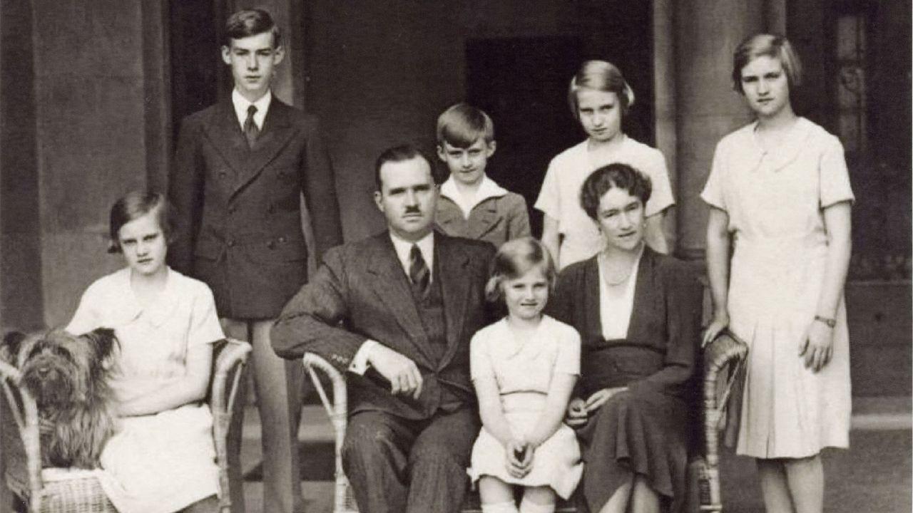 Quirófano habilitado para atención de críticos covid-19 en el CHUO.Juan de Luxemburgo, en el centro de la imagen, junto a su mujer y sus hijos