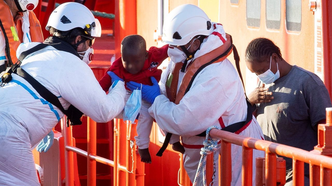 Salvamento marítimo realizando un salvamento a inmigrantes que viajaban a bordo de una patera este mes de agosto