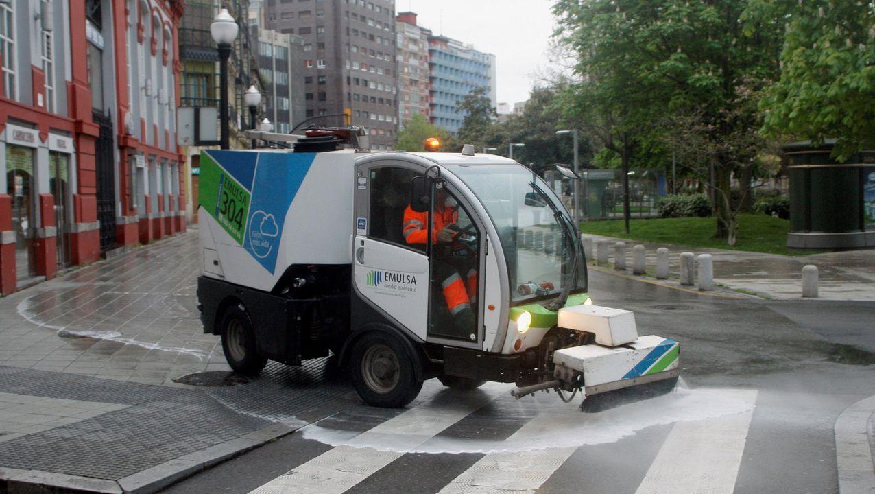 Adiós a los teléfonos 902.Un operario de Empresa Municipal de Medio Ambiente Urbano de Gijón EMULSA desinfecta el exterior del Centro de Salud de Puerta de la Villa y del Mercado del Sur