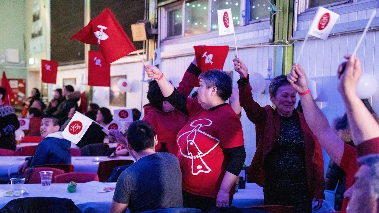 Miembros del Inuit Ataqatigiit celebran su victoria electoral
