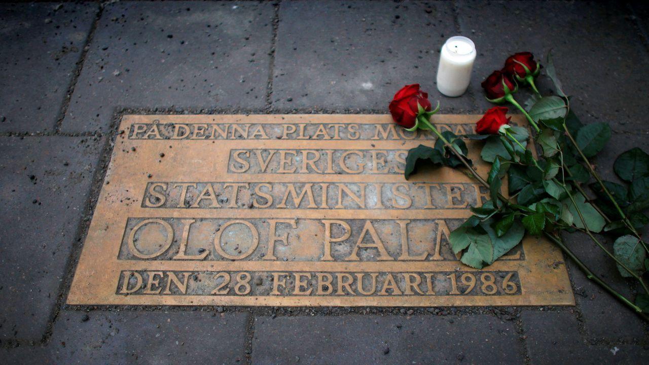 Flores en en el lugar donde fue atacado Palme