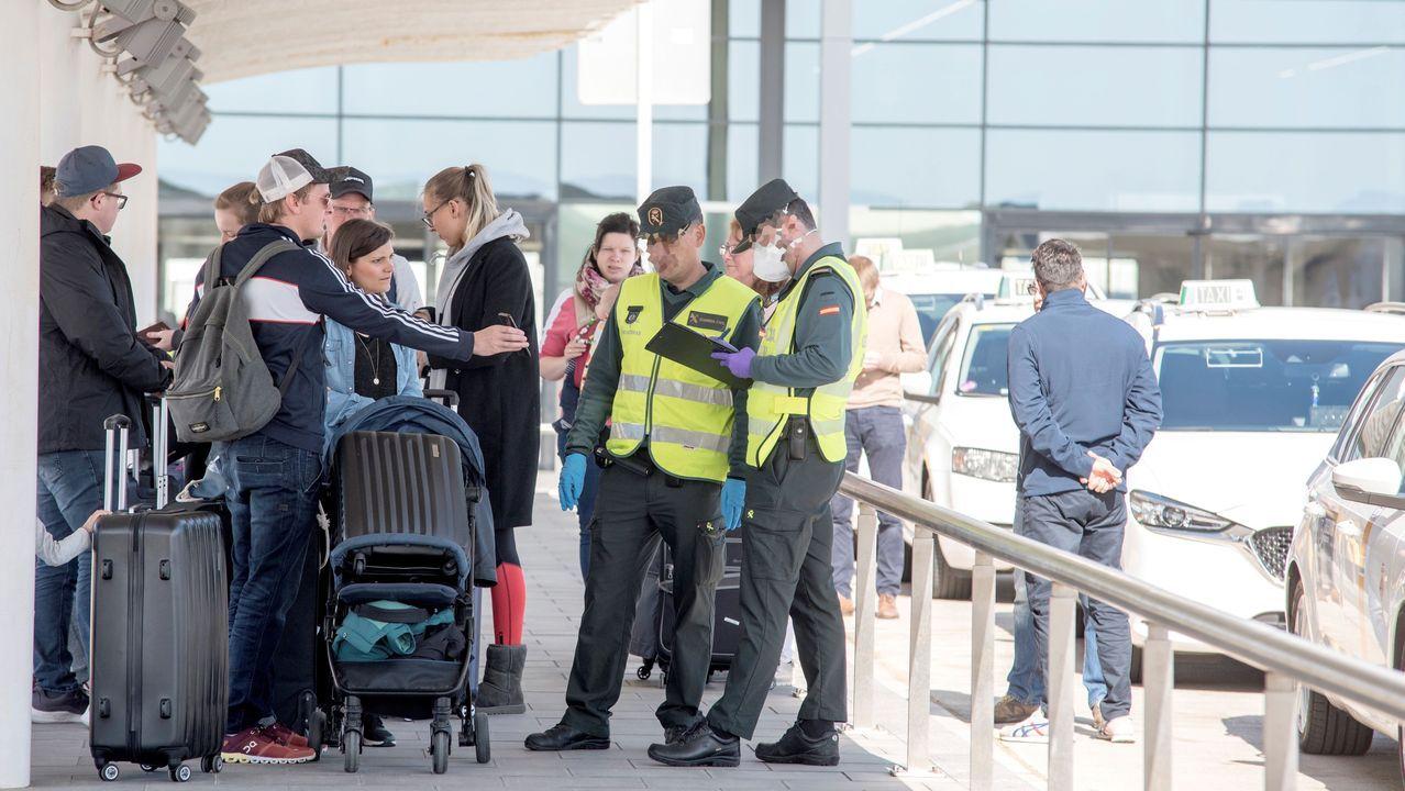 La Guardia Civil identifica este sábado a los pasajeros de un crucero en el Puerto de Palma al desembarcar, durante una jornada en la que autoridades baleares han informado que Baleares alcanza 44 afectados por coronavirus al sumar 18 más