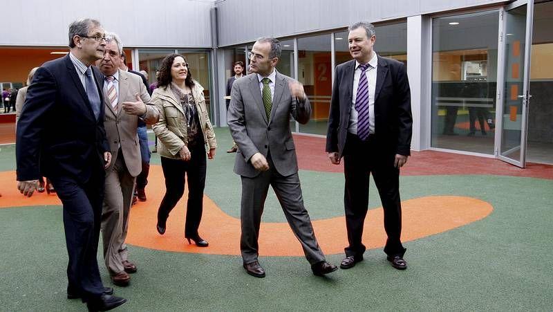 El conselleiro, segundo por la derecha, durante su visita.