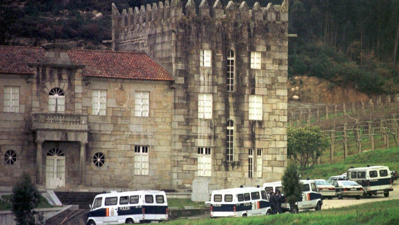 Furgones policiales en 1994 en el pazo de Baión (Vilanova), incautado a Laureano Oubiña