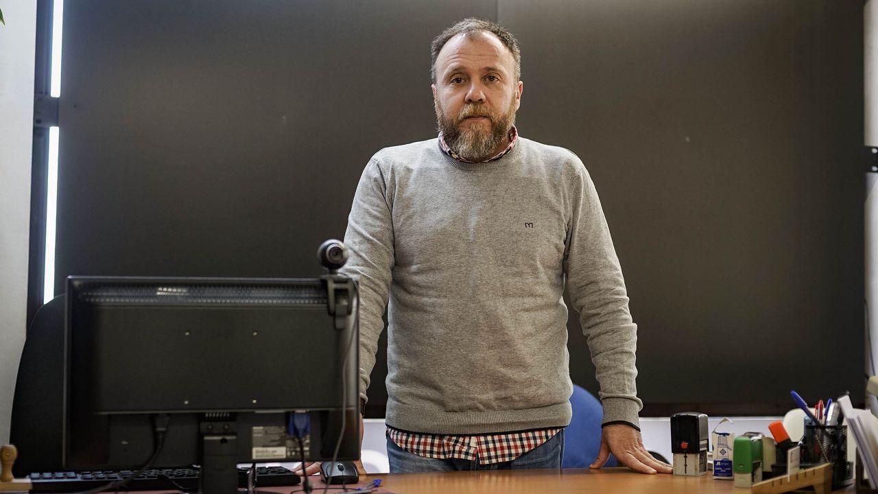 El psicólogo Roberto Estévez en su negocio en Ourense