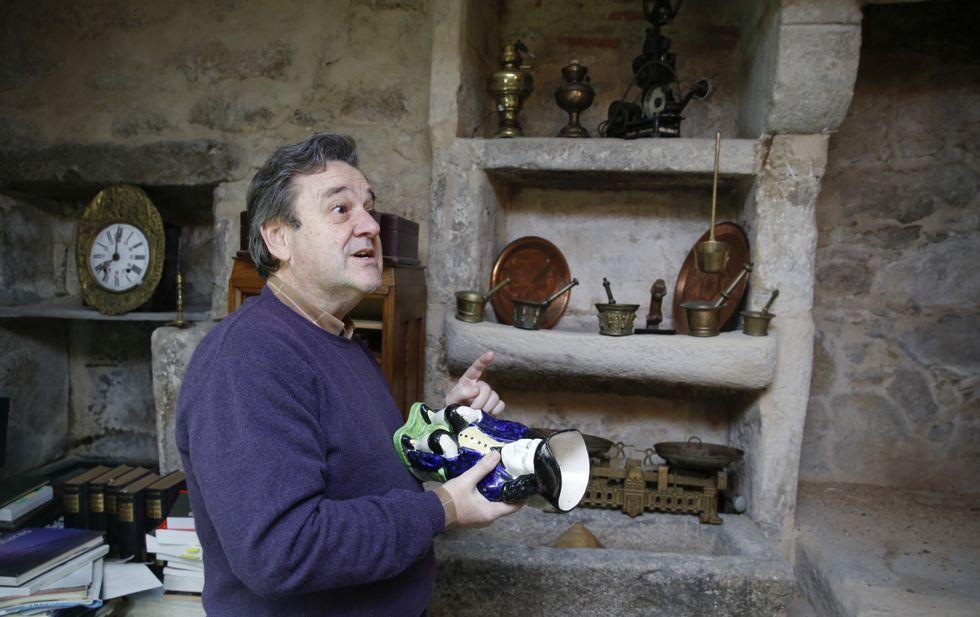 Juan Olives, presidente de los anticuarios gallegos, tiene su local en el bajo del inmueble.