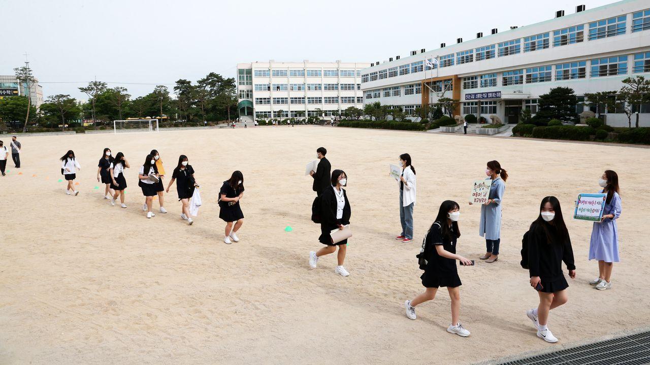 En la ciudad de Poham, en Corea del Sur, los estudiantes retoman las clases manteniendo la distancia social. El regreso a las aulas ha sido gradual, según los cursos