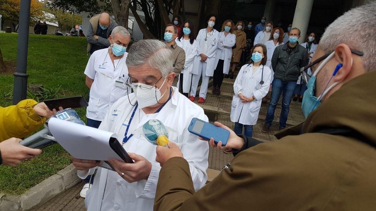 La protesta de los sanitarios en Cabueñes.Carlos González, adjunto al servicio de Urgencias de Cabueñes, durante la lectura del manifiesto