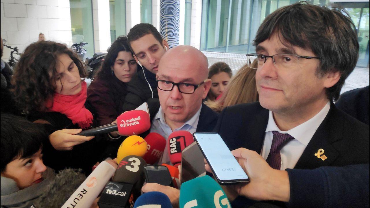 Policías de la UIP de A Coruña fueron recibidos por más de 200 personas.Gonzalo Boye es el abogado del fugado expresidente de la Generalitat, Carles Puigdemont