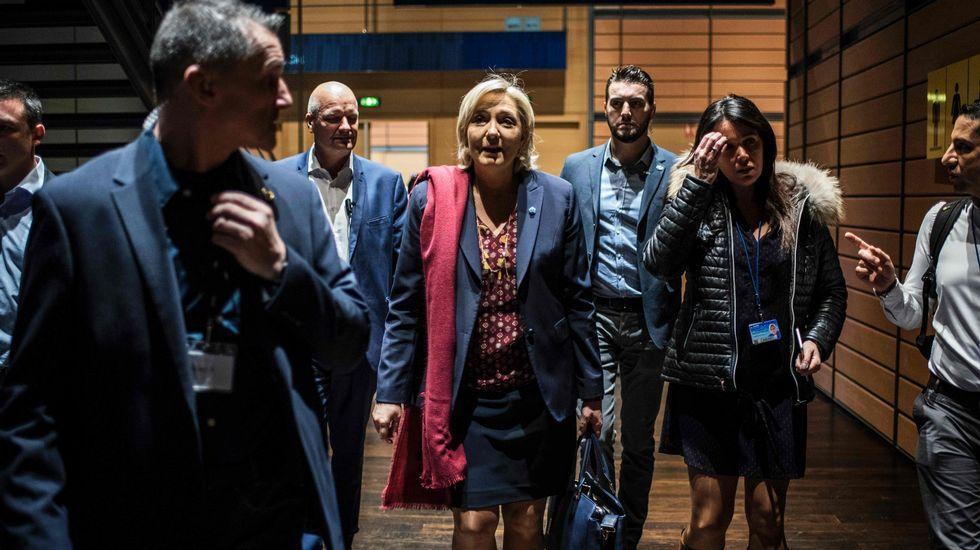 Una feminista irrumpe durante la conferencia de Marine Lepen.Marine Le Pen