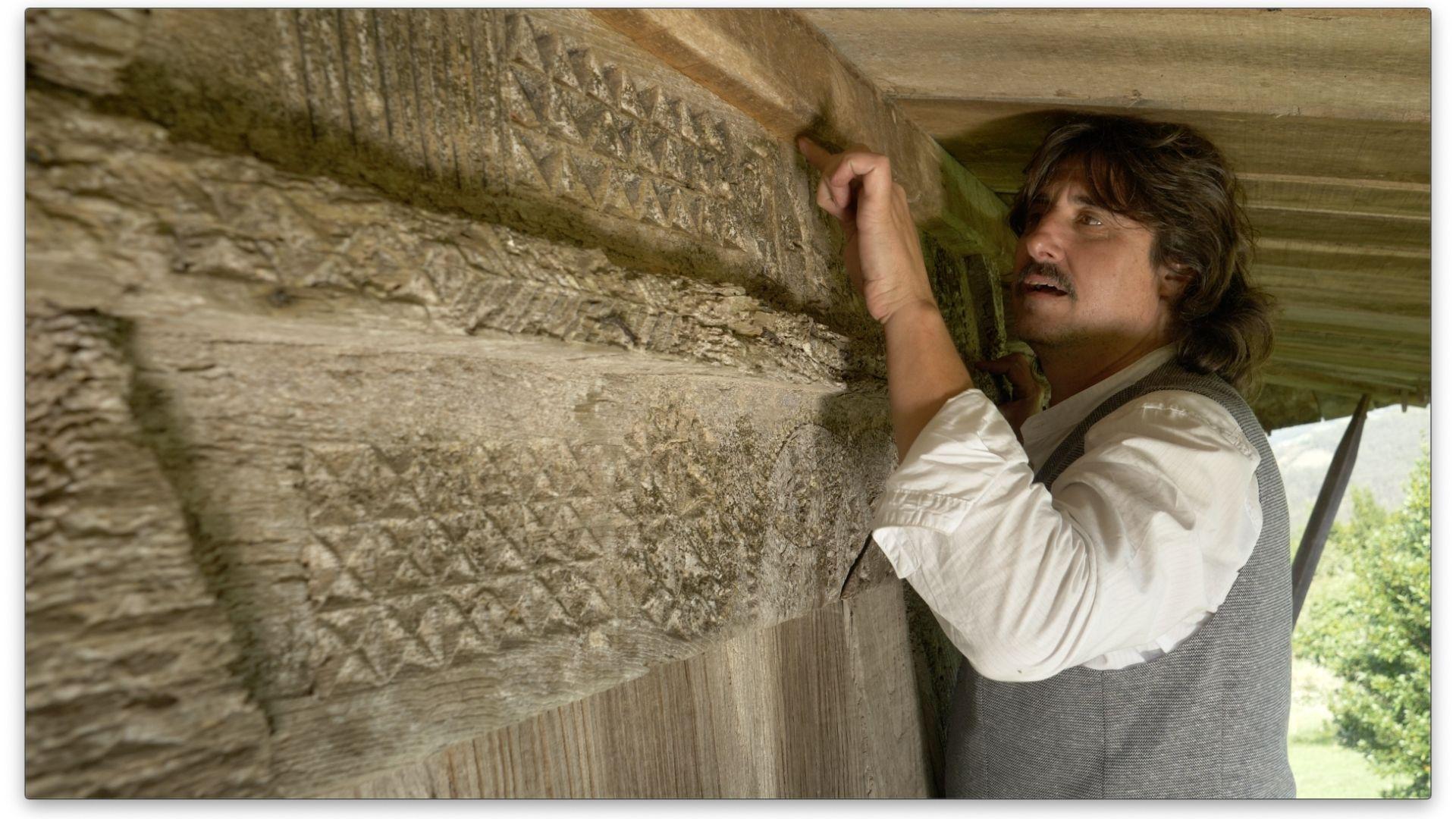 Jaime Santos, director del documental «L'Horru», en uno de los hórreos con tallas de madera