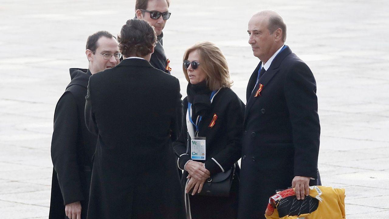 El prior charla con la familia mientras Francis Franco (a la derecha) porta la bandera preconstitucional