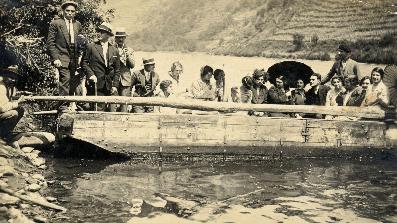 Primer adelanto de  Live is Life .Vecinos de Sernande a bordo de una barca tradicional en una fotografía histórica