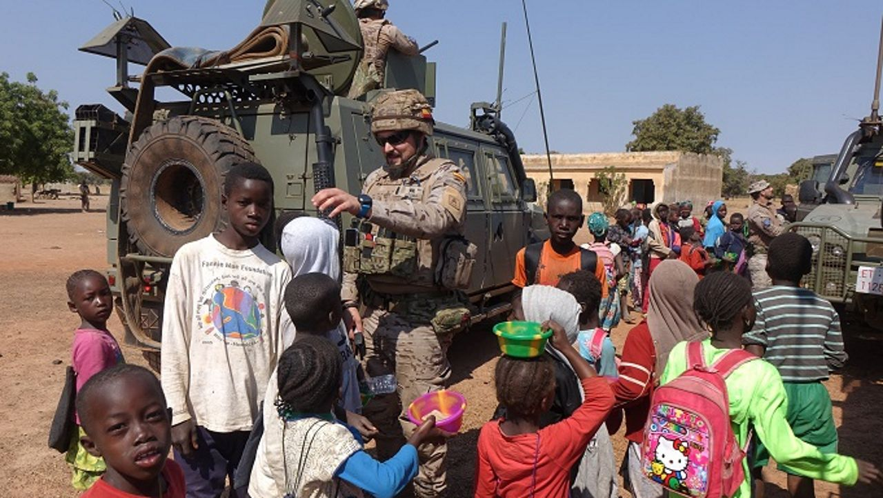 Así se adiestra la Brilat.Soldados españoles de la Brilat, con unos niños en Mali
