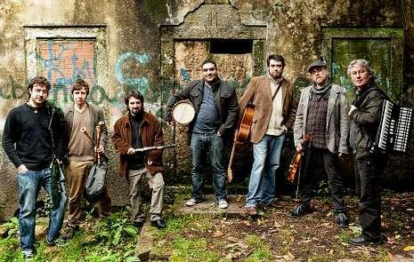 Pablo Seoane en el Certame Folk del 2012; abajo, Os d? Abaixo y Tanto Nos Ten.