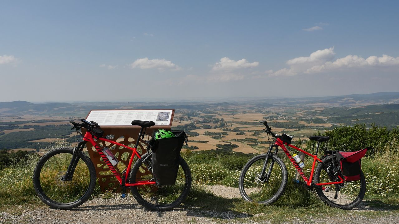 Las bicicletas del equipo de La Voz en el Alto del Perdón