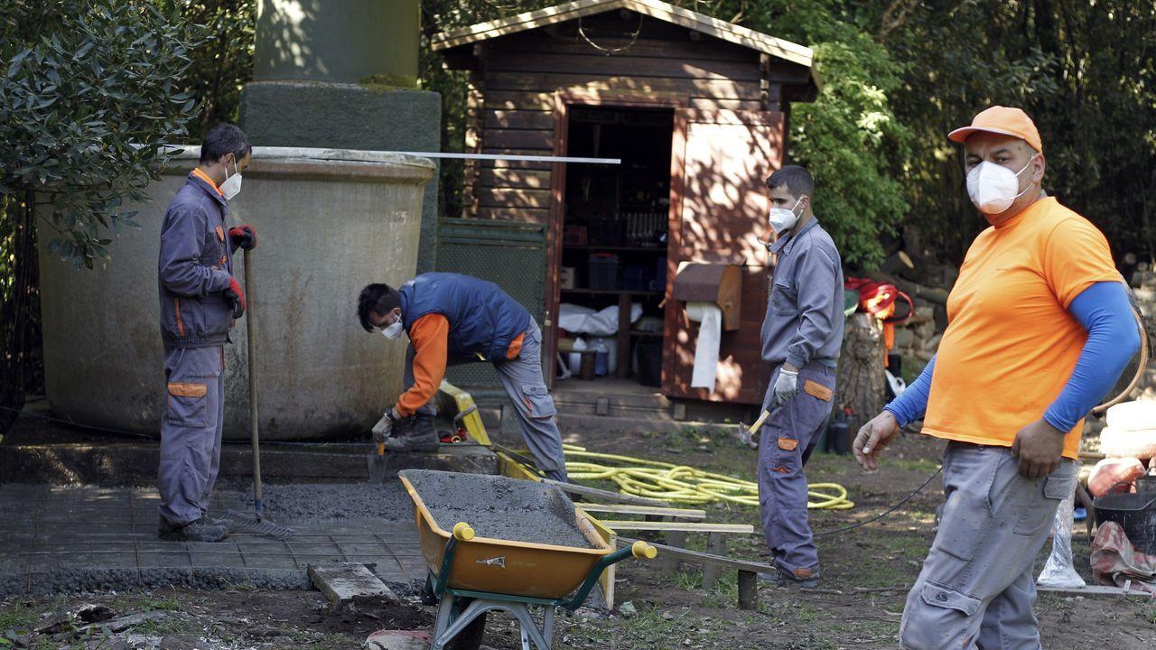 Santi, dirige la cuadrilla que hace unos trabajos de albañilería para asentar unos depósitos de agua.