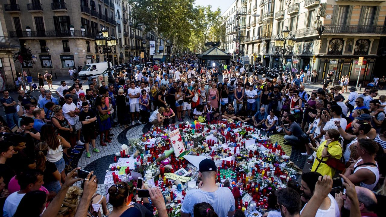 El himno de España se cuela en la ofrenda floral del Govern por la Diada.Cientos de ciudadanos se concentraron en Las Ramblas para dejar flores y velas encendidas el día después de los atentados del 17A