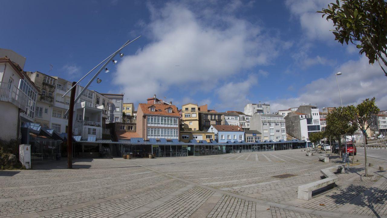 La fachada marítima de Fisterra completamente vacía ayer, domingo de Resurrección.