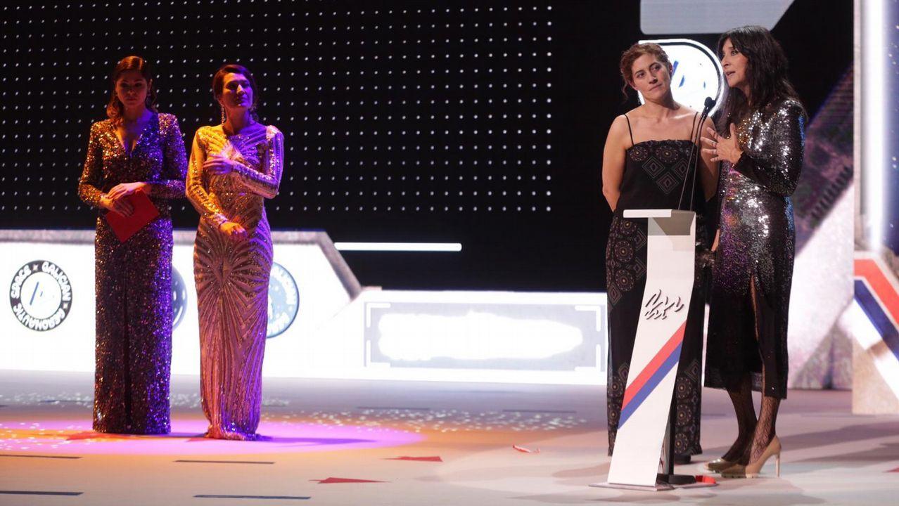Fernanda Tabarés, directora de Voz Audiovisual, recolleu o premio de mellor programa de televisión para «Buscadores de naufraxios» xunto a Paula Fernández, directora de produción