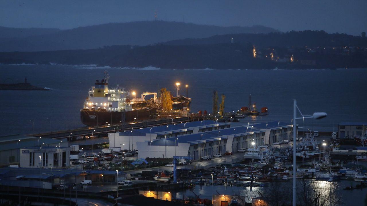 Las imágenes de la cumbre sobre el futuro del puerto de A Coruña.Tren de Oporto a su paso por el puerto de Guixar en Vigo
