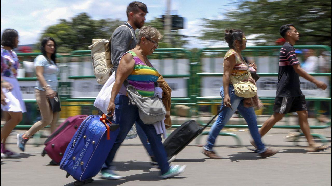 Venezolanos cruzan el paso fronterizo de San Antonio del Táchira hacia Cúcuta, Colombia
