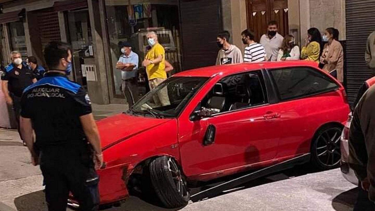 Un vecino de Miño choca contra seis vehículos aparcados en una calle de Betanzos.Así acabó el coche del miñense que provocó el accidente