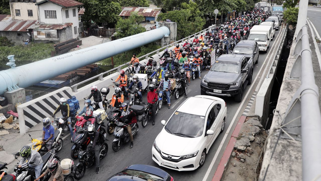 Atasco y aglomeración en el paso fronterizo entre dos provincias de Filipinas