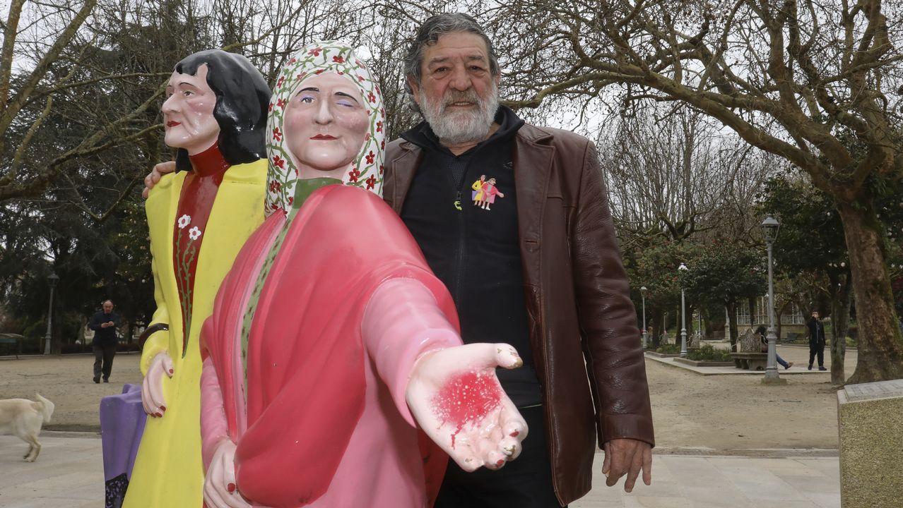 Sumar o hacerse la muerta, algunos de los trucos de Loira.Lombera posa junto a su escultura de las hermanas Fandiño que restauró el año pasado